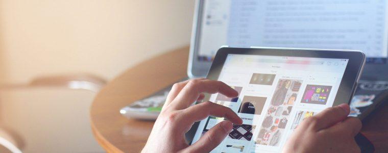 Mão tocando uma tela de um tablet